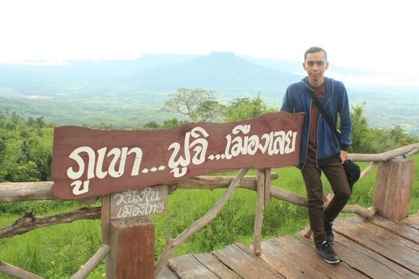 Montagnes autour de Phu Pa Poh